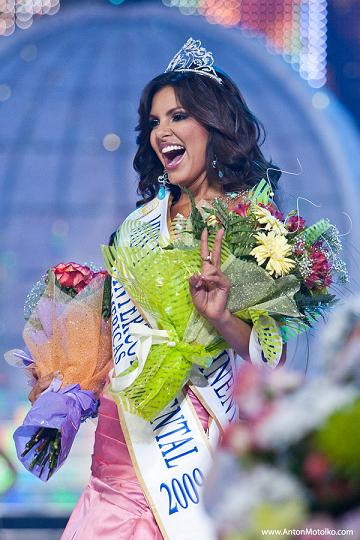 Hannelly Quintero is all smiles after continuing the Venezuelan tradition of excellence in beauty pageants (photo courtesy of www.antonmotolko.com)
