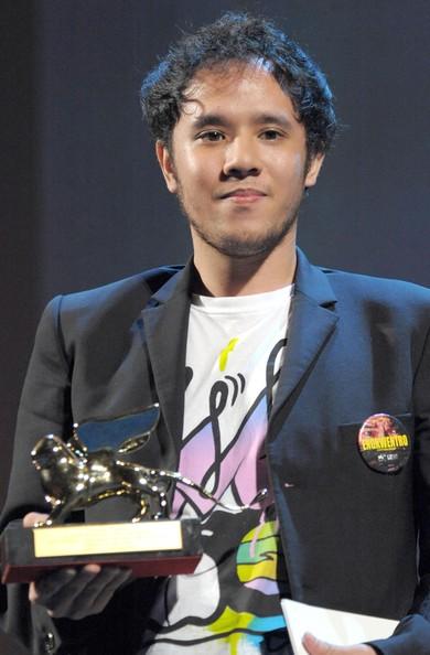 Director Pepe Diokno with his Luigi de Laurentiis trophy.