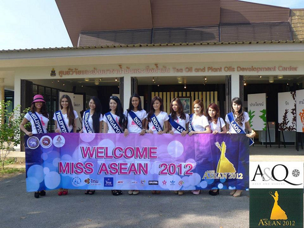Marie-Ann (2nd from right) and MJ (1st from left) get a warm welcome from the Chiang Rai organizers of Miss Asean 2012.