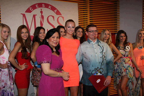 Miss Earth 2012 Tereza Fajksova (center) with DOT and Ceska Miss reps plus the 10 finalists of the national pageant during their welcome presscon. (Photo credit: OPMB Worldwide)
