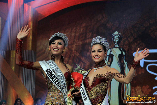Whulandary Herman (L) after she was crowned Puteri Indonesia 2013 by Miss Universe 2012 Olivia Culpo.