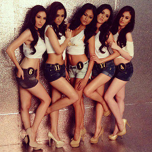 Ria (center) with (L-R) Yvette Mildenberger, Carmina Antonio, Carin Ramos and Nicole Donesa for Jag Jeans.