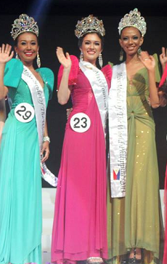 Bride of the World Philippines 2013 Sherry Rose Guanga (left) and Model of the World Philippines 2013 Elle Hollman (right) flank Miss Tourism World Philippines 2013 Aiyana Mickiewicz.
