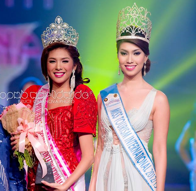 Angeli Dione Gomez (L) after being crowned 2013 Mutya ng Pilipinas Tourism International by 2012 Miss Tourism International Rizzini Alexis Gomez (Photo credit: OPMB Worldwide/Bruce Casanova)
