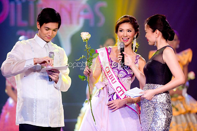 Angeli  (center) answering a question during the pageant's Q&A with hosts Chris Tiu (L) and Pat Fernandez (Photo credit: OPMB Worldwide/Bruce Casanova)