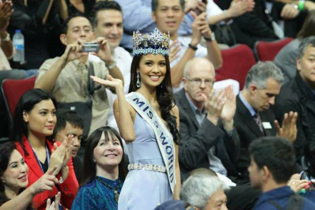 Miss World 2013 Megan Young waving to the crowds at the NBA game held at the SM MOA. Do you recognize the lady in red sitting behind her?