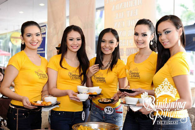 (L-R) Anabel, Joana, KC, Kris and Shauna pose before continuing to fill up their plates