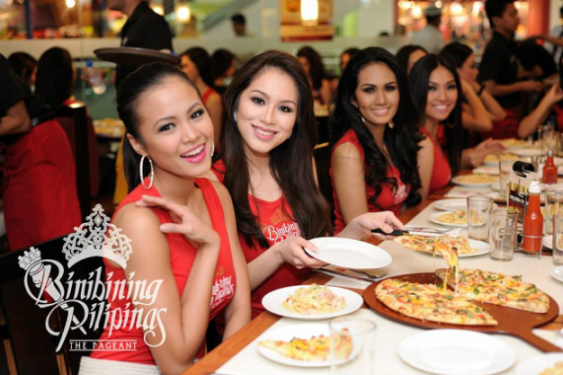 Binibini 18 Ellore Punzalan (1st from left) enjoying her pizza with Carla, Krystal and Leona.