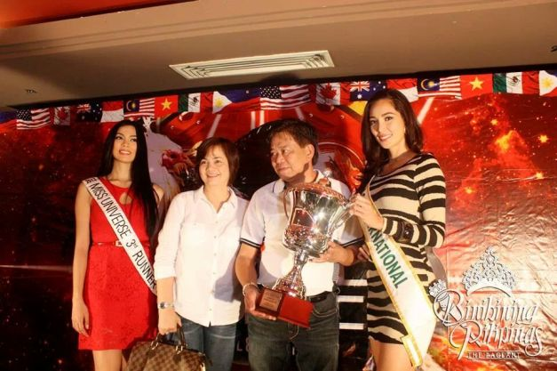 Ara Arida and Bea Rose Santiago awarding the Vice-Mayor of Macebebe, Pampanga (Jubee Navarro) and wife for World Slasher Cup 2014.