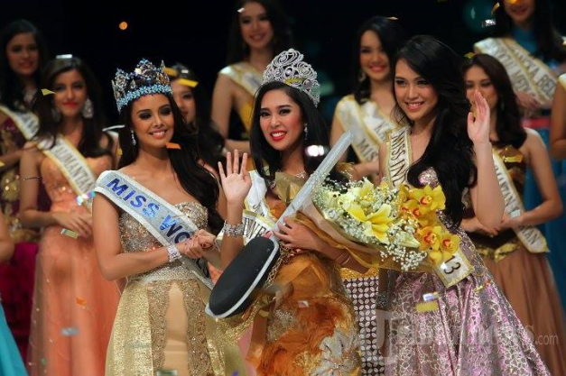 This is the latest photo of Miss World 2013 Megan Young (above, left) when she helped Vania Larissa (above, right) crown Miss World Indonesia 2014 Maria Asteria Sastrayu Rahajeng (middle)
