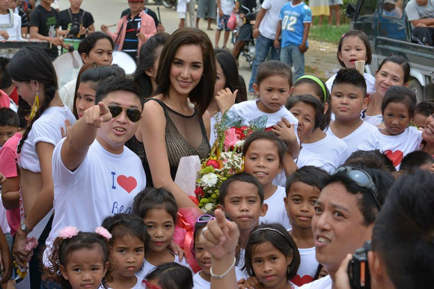 Miss International 2013 Bea Rose Santiago bonds with the kids during her Masbate homecoming