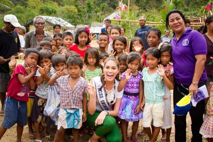 Molly with the children of Coron, Palawan