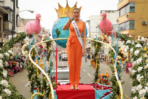 MU2013 Maria Gabriela Isler atop her float during the 2014 Machala Annual United Parade.
