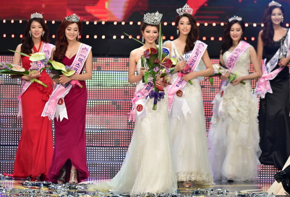 Kim Seo-Yeon (C) poses after winning the 2014 Miss Korea pageant in Seoul on July 15, 2014. The 22-year-old university student Kim Seo-Yeon beat 48 other contestants to win the 2014 Miss Korea crown. AFP PHOTO / JUNG YEON-JE        (Photo credit should read JUNG YEON-JE/AFP/Getty Images)