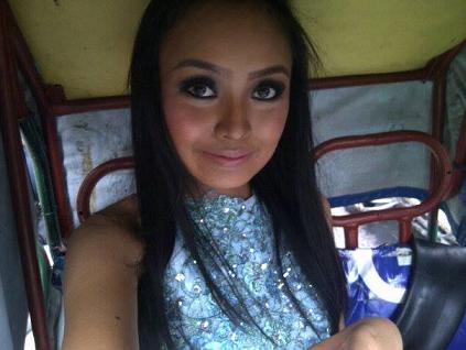 Miss Manila 2014 KC Halili on her way to Manila Hotel riding a pedicab.