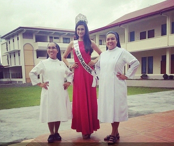 Bb. Pilipinas Supranational 2014 Yvethe Santiago and the nuns of St. Agnes Academy - her alma mater. (Photo credit: Jason Carmona)