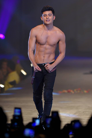 Upcoming hottie James Reid before he fell on the mosh pit around the ramp (Photo credit: Bruce Casanova)