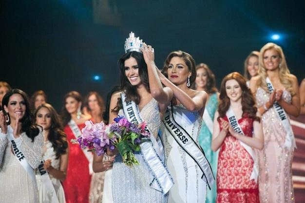 Paulina being crowned by Gabriela Isler