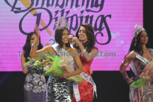 Pia Wurtzbach (left) being crowned by MJ Lastimosa