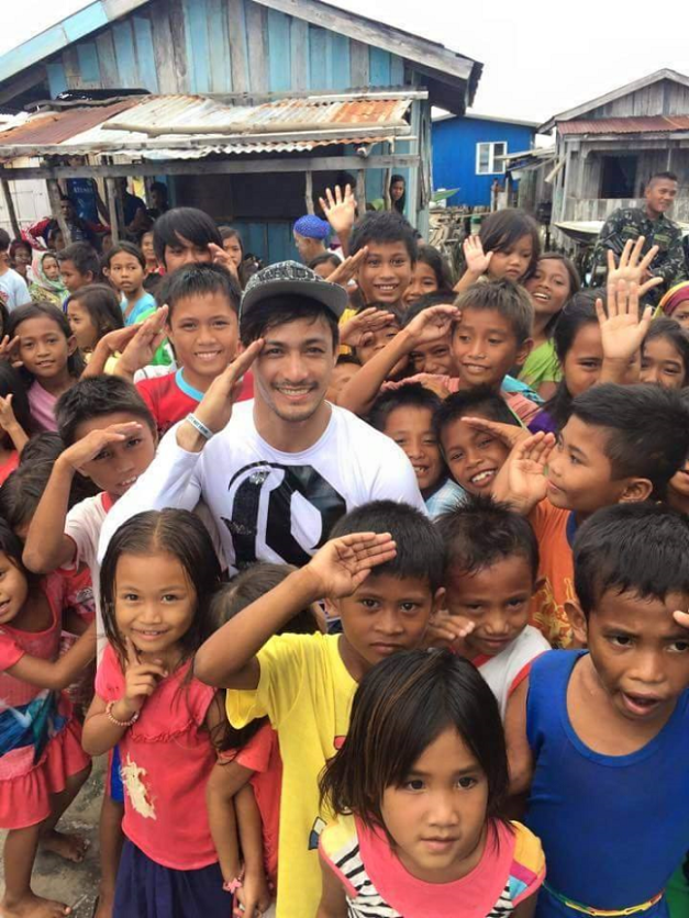 Mister International 2014/15 Neil Perez with the kids in Tawi-Tawi (Photo credit: Pageant Tribune)