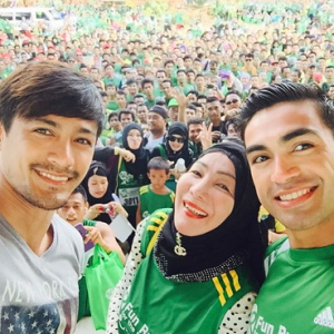 Neil (left), Tawi-Tawi Congresswoman Ruby Sahali (middle) and actor Carlos Agassi acknowledge the adulating crowds by taking a big groufie.