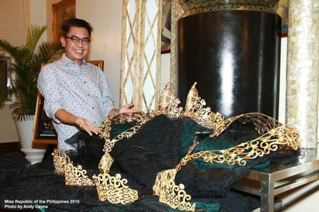 Your blogger and the crown jewels of Miss Republic of the Philippines (Photo credit: Andy Cayna)