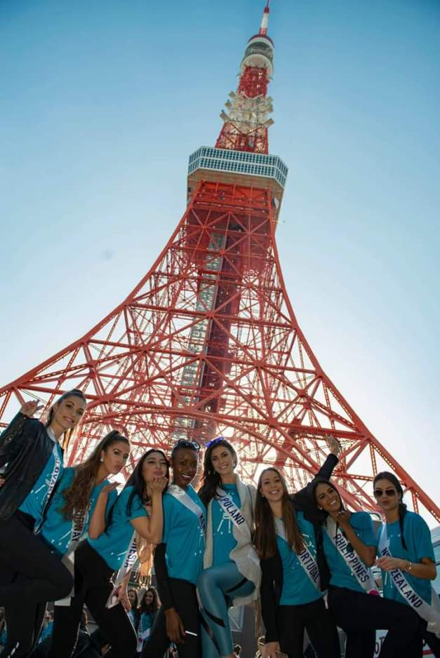 Miss Philippines Janicel Lubina (2nd from right) and some of the Miss International 2015 delegates get a souvenir photo with Tokyo Tower in the background