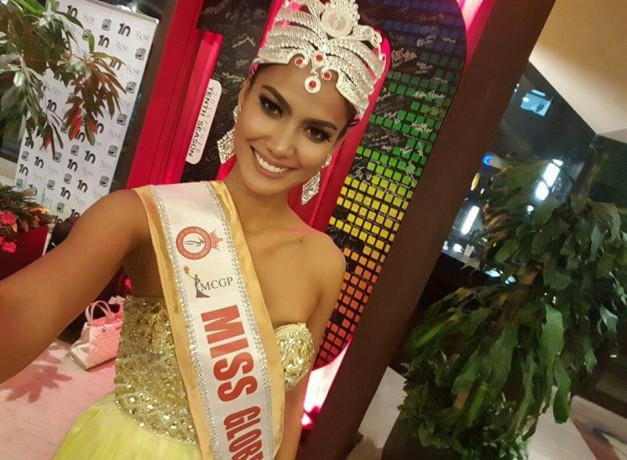 Miss Globe 2015 Ann Colis selfie while wearing the crown