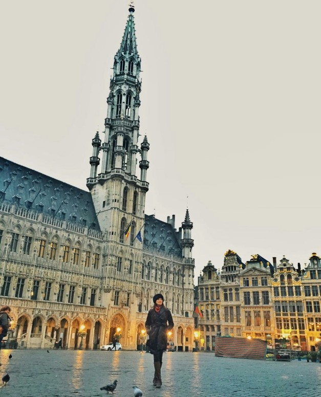 Ara Arida in front of the Grand Palace in Brussels
