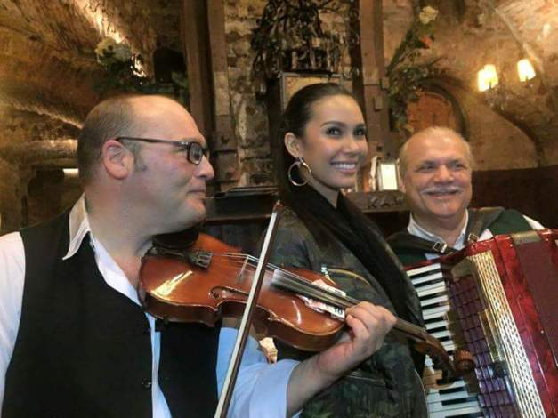 Miss Philippines Angelia Ong with some Austrian musicians in a pub in Vienna (Photo credit: Jose Conrado)